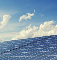 Na dachach budowanych przez nas domów montujemy panele fotowoltaiczne